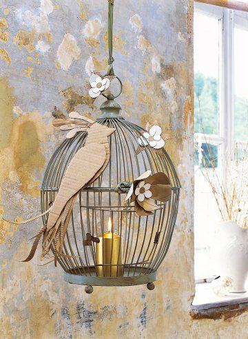 Photophore dans une cage à oiseau décoré d'un oiseau et de fleurs en carton