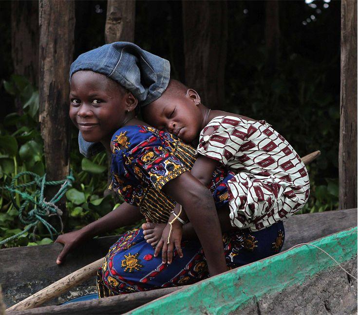 Africa | Sleeping younger sister. Benin | ©Alice Kohler