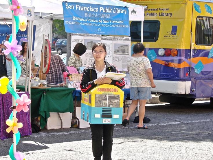Bibliobús de reclamo publicitario unipersonal de la San Francisco Public Library