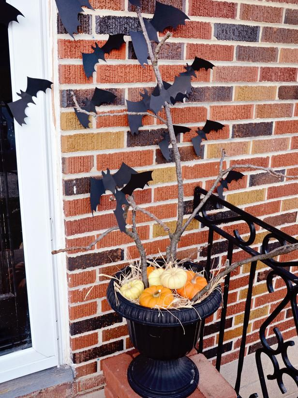 Paper bats are best used under cover of a porch and only for a few days around Halloween. If you want something more durable, laminate the paper or cut them out of plastic plates spray painted black.  #Halloween #crafts #diy #outdoors #bats