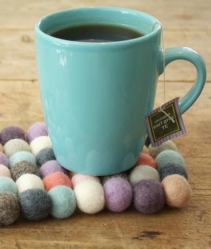 Posavasos artesanales de bolas de fieltro