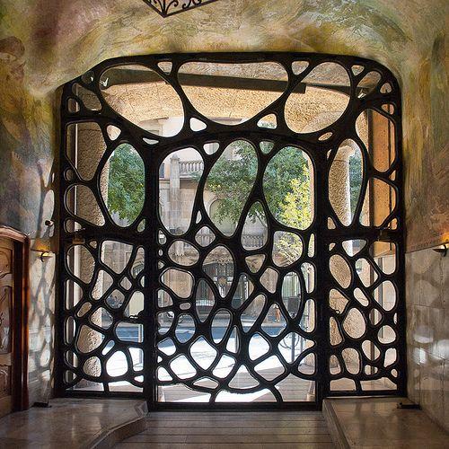 Dit is in Casa Mila. Deze deur en ramen lijken op vergroeiingen van takken. De natuur is de inspiratiebron