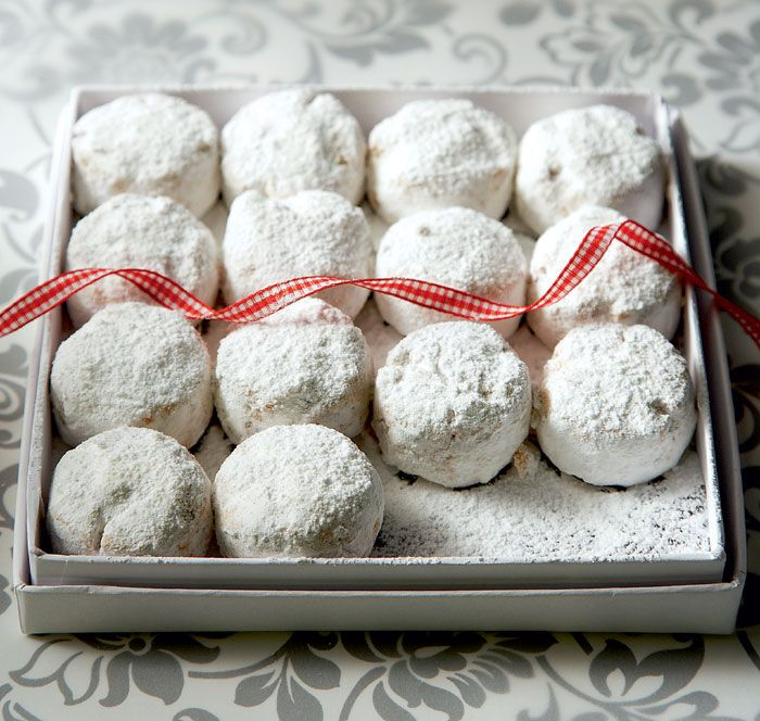 Greek recipes cooked again and again: Classic Kourabiedes - Christmas butter cookies