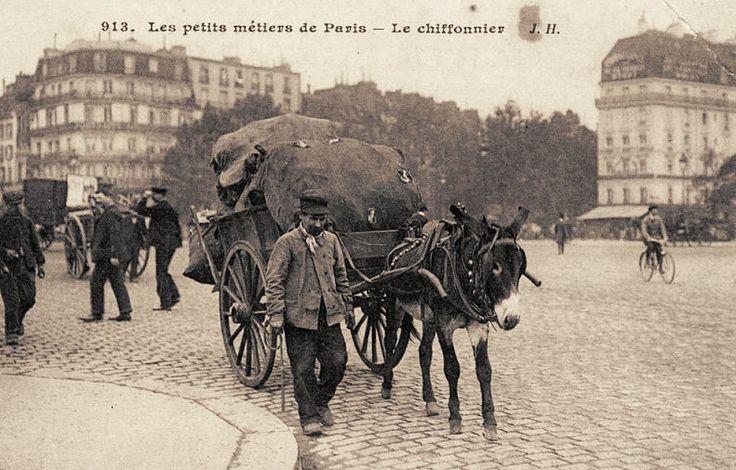 Les petits métiers du Paris d'antan Un chiffonnier, tout simplement... (vieille carte postale, vers 1900)