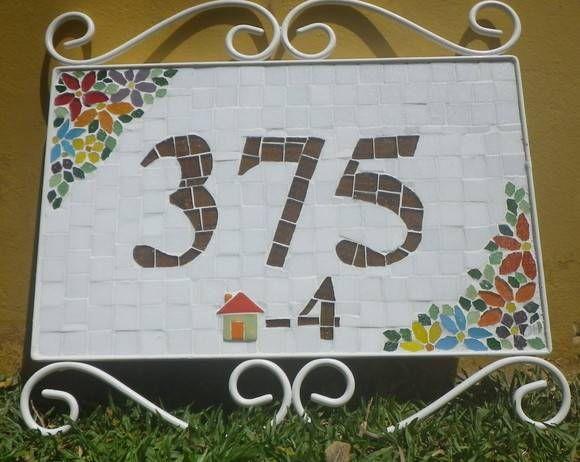 Numero residencial feito em placa de fibro cimento material usado para exterior com armação em ferro branca , material usado no mosaico pastilha de vidro com casinha em ceramica.  A placa sem armação mede 35 de comprimento por 22 de altura com armação  40 x 35.  Feito sob encomenda no tamanho e cor de preferencia. R$ 260,00