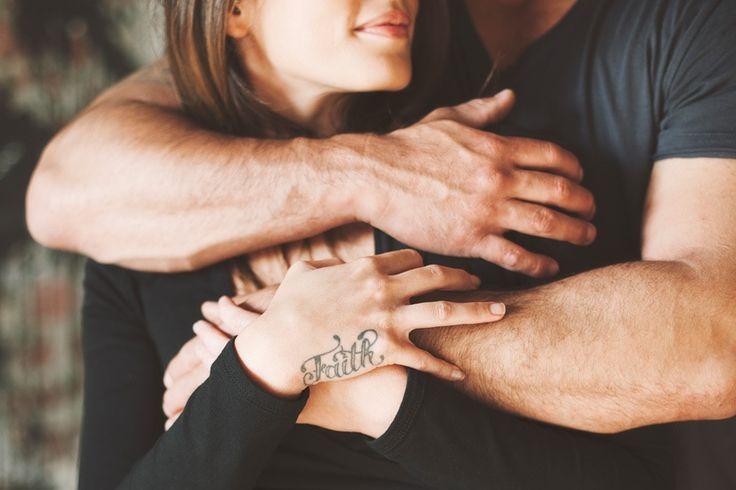 Вложила свою руку в его руку