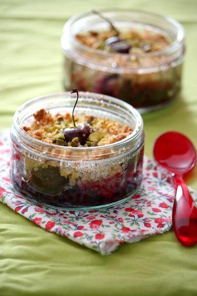 Cherry crumble with pistachio - Crumble cerises et éclats de pistache