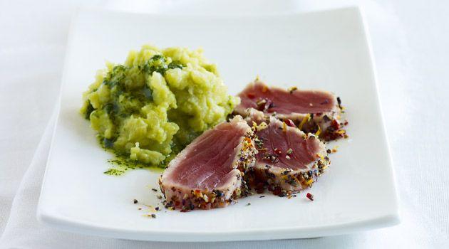 Thunfisch-Sashimi in Blumenpfeffer mit Kartoffel-Avocado-Stampf