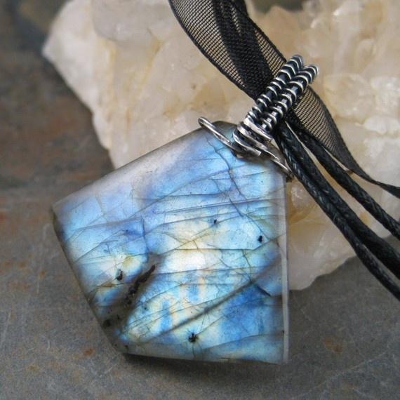 Steine Fur Wand Berechnen : Stunning labradorite pendant, so pretty  Words and Pictures  Pinter