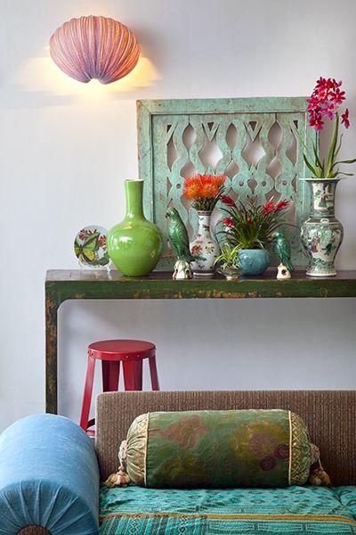 Seasons magazine. verte porselein groen oranje stilleven kleurrijk vazen roze groen blauw