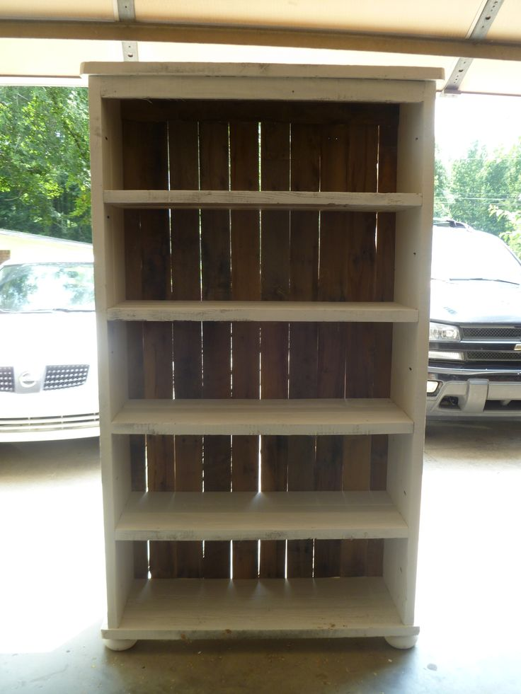 Distressed pallet bookcase with round feet | DIY