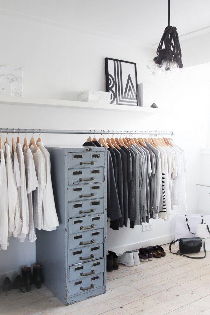 Un vieux casier de rangement accueille vêtements et bijoux dans le dressing.