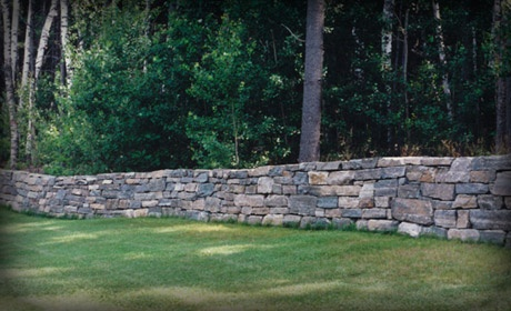 Natural stone retaining wall garden and landscape for Landscaping rocks des moines