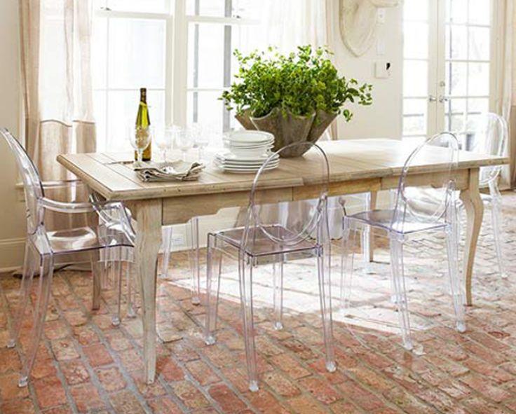 mesa de madeira e cadeiras transparentes