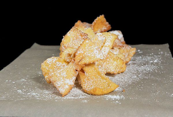 Italian Chiacchiere {Crostoli}, crispy deep fried sweet pastry dusted ...
