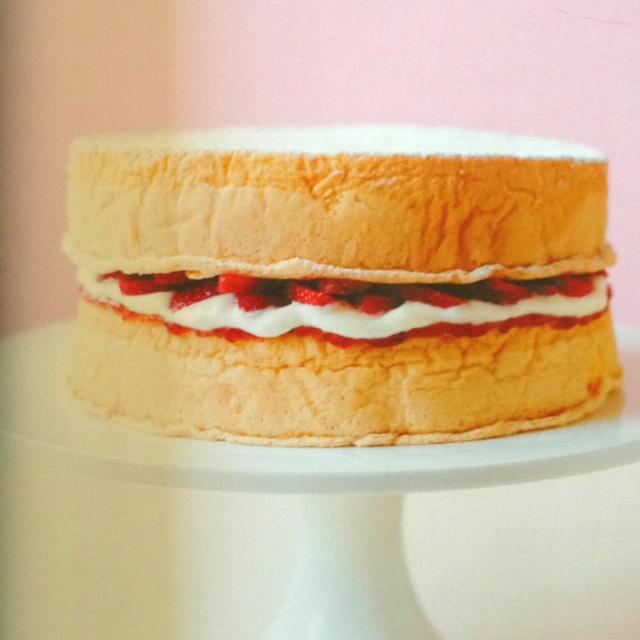 Gâteau de Savoie fourré aux fraises des bois :)