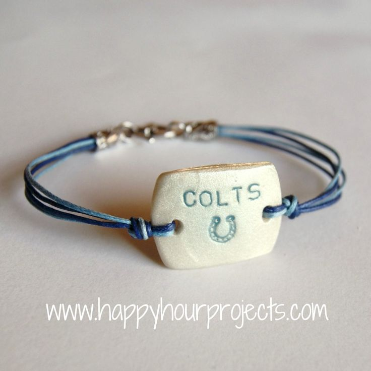 With football season just around the corner, support your favorite team with this adorable DIY clay pendant bracelet!