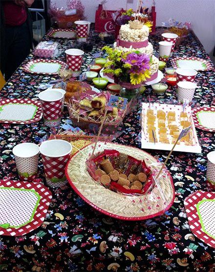 Arraial com Chá de Cozinha - http://www.chocolatesemcalorias.com.br/Arraial-com-Cha-de-Cozinha  #Arraial #Caipira #festajunina #Chadecozinha #DIY #sitiodopicapauamarelo #emilia #pacoca #bolo #pipoca #milho #party