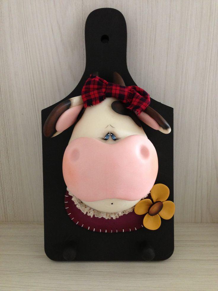 Cow   Peça feita em Biscuit / Porcelana Fria. Acabamento com Pintura Country. Base em MDF.   Utilidade : porta-chaves ou porta-guardanapo.   R$ 65,00  repezzin@hotmail.com