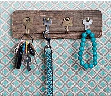 Chaves velhas usadas como ganchos no porta-chaves (use alicate para dar forma às chaves)