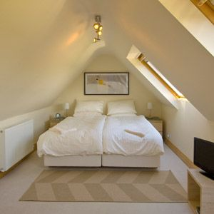 Bedroom in eaves interiors bedroom pinterest for Eaves bedroom ideas