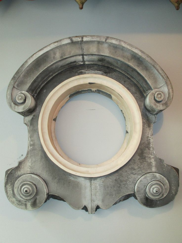 """Miroir œil de bœuf ancien  Ancien élément de toiture en zinc pour fenêtre de toit dit """"Oeil de boeuf """". Il a été monté en miroir avec un système d'accrochage. Hauteur 80 cm Largeur 78 cm  Broc Martel  → www.brocmartel.com"""