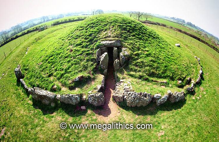 bryn celli ddu Bryn celli ddu continues to fascinate archaeologists and linguists it is a large mound containing a passage grave, but it is two monuments, one built upon the other, suggesting a change of beliefs during the neolithic period.