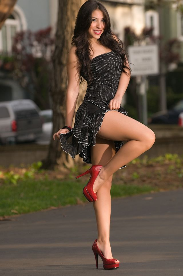 Stunning babe Eufrat Mai exposes her long legs in tight shorts outdoor № 477827  скачать