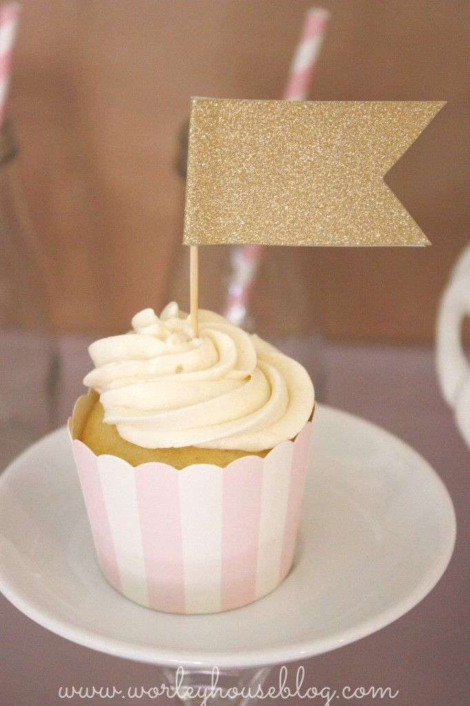 Sweet, simple and... sparkly! #kidsparty #cupcakes