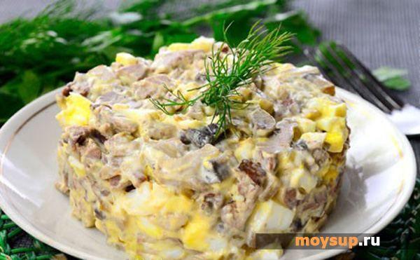 Салат с картошкой и копченой колбасой и яйцом