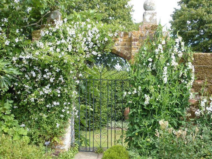 White garden gateway sissinghurst gardens for Garden gateway
