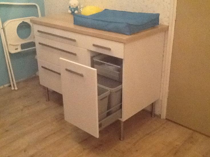 Commode van keukenkastjes van de Ikea. Met ingebouwde afvalbak en ...