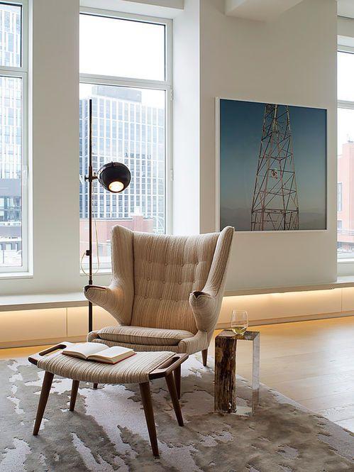 Poltrona Modernista Estofada com Pufe. Arquiteto: Aaron Schump.