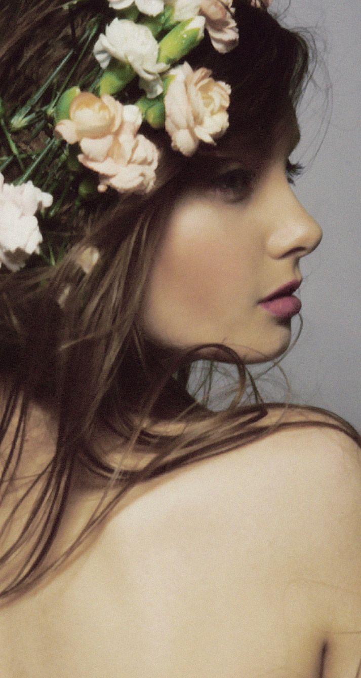 flower in her hair - photo #14