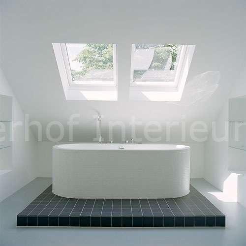 Minimalistische Zen badkamer. Door de dakramen wordt de ruimte sereen ...