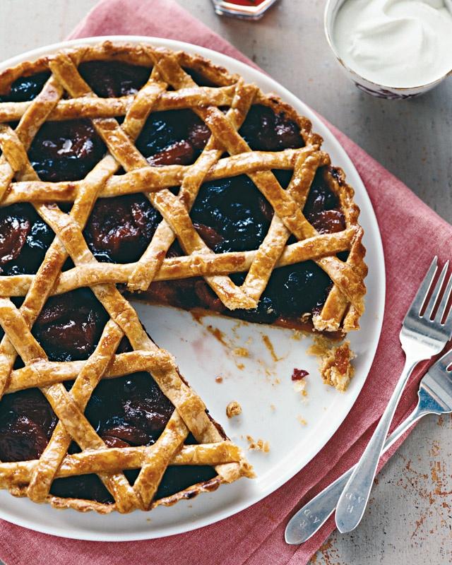 Woven Dried-Fruit Tart - Martha Stewart Recipes(4 ч.воды;3/4ч коньяку;1ч.сахара;  ванилин,1,5ч.л корицы, апельсиновая цедра,5 целых гвоздик,1,5ч кураги,1ч чернослива;  3/4ч сухой клюквы;желток большого яйца;2ст.л густых сливок