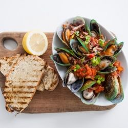 Mussels with Tomato Pesto & Bacon Sauce)