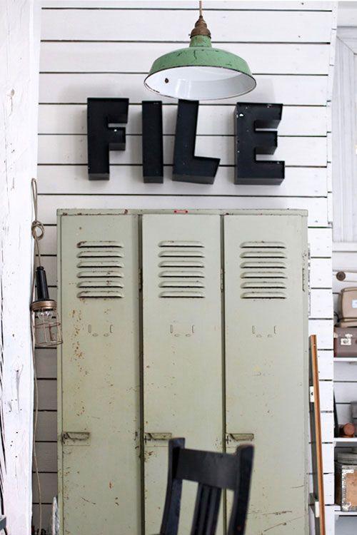 Emalitehdasvalaisin2 - segno FILE sopra gli armadi di metallo