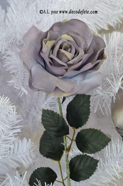 Que ce soit dans un sapin de noel vert ou dans un blanc ou déposer sur votre table de noel ces grandes roses tigées seront d'un plus bel effet http://www.decodefete.com/rose-grise-tige-p-3780.html #decodetable #noel #fete