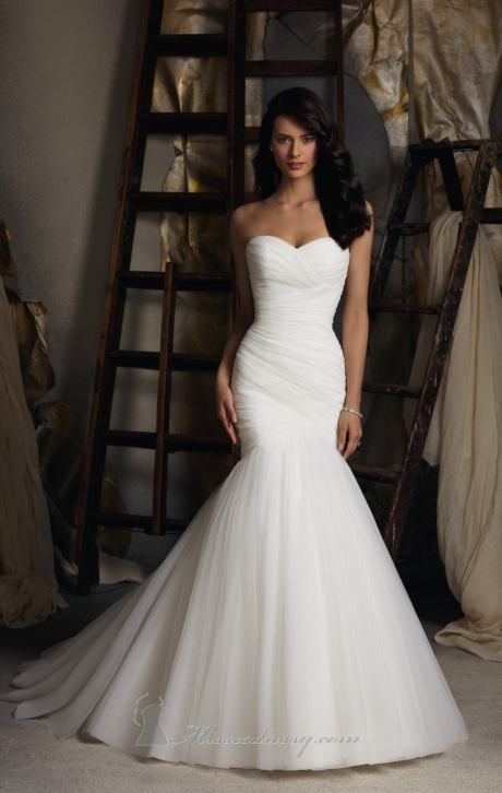 Beautiful mermaid, form-fitting wedding dress! Would look perfect with a lace veil :)