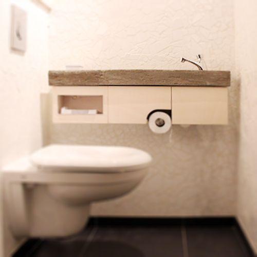 Toiletmeubel bestaande uit een van beton gestorte wasbak met berken ...