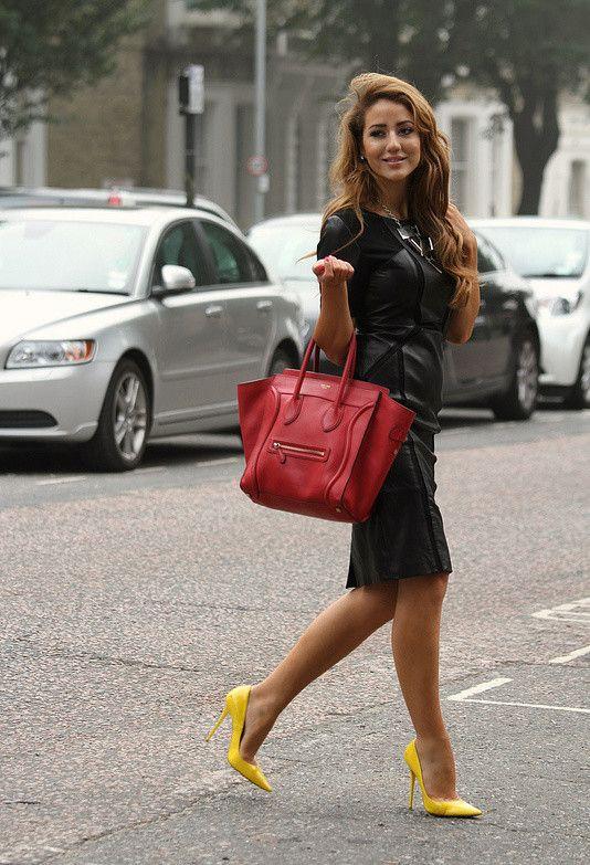Cuando tienes un hermoso vestido negro puedes jugar con zapatos y bolsos de colores brillantes que contrasten y hagan un buen maridaje con el negro como por ejemplo en rojo y el amarillo!