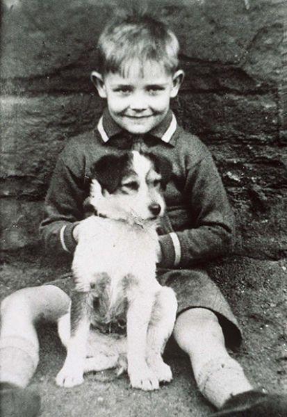 Ποιο είναι το αγόρι που αγκαλιάζει το κουτάβι;