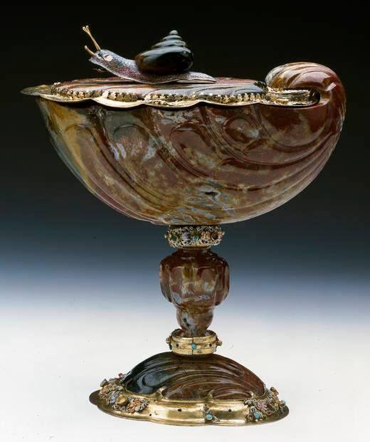 Coupe en jaspe en forme de coquille, Augsbourg, Johann Daniel Mayer, 1662-1675 - Collection du Grand Dauphin, fils de Louis XIV – Madrid, Musée National du Prado A la mort de Louis de France (1711), fils de Louis XIV, une partie de sa collection d'objets précieux est revenue à son fils Philippe V, roi d'Espagne. Cette collection est conservée au Musée National du Prado, sous le nom du Trésor du Dauphin (Tesoro del Delfín).