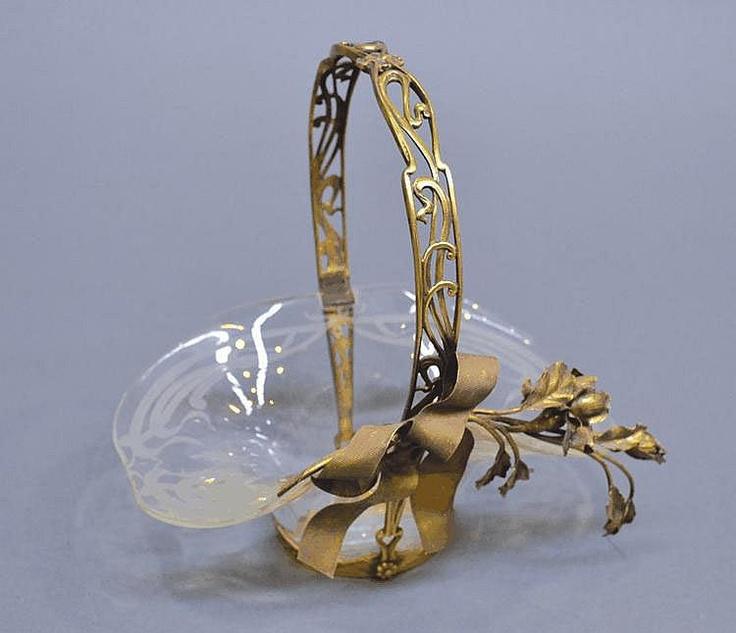 Прекрасной старинной французской модерна позолоченного серебра и стекла корзине
