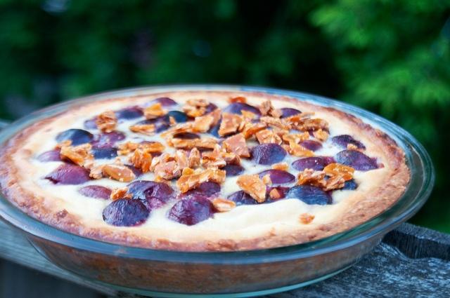Cherry Amaretto Clafoutis Tart with Almond Praline - a very delicious ...