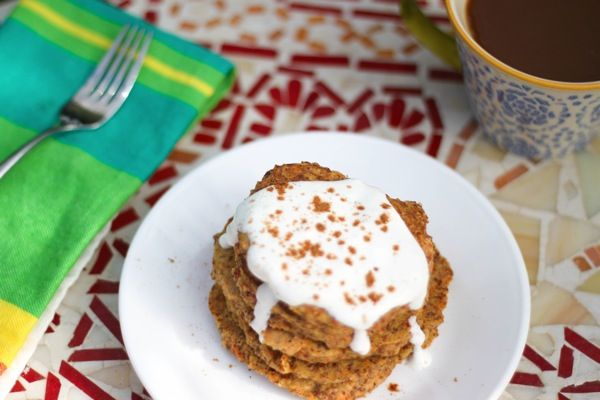Carrot cake protein pancakes (grain-free) www.fitnessista.com
