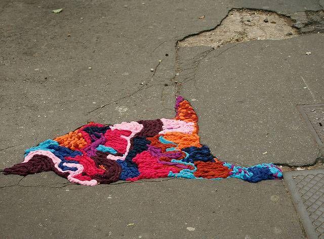 Pothole Knitting di Juliana Santacruz Herrera: mettere una pezza alle buche delle strade di Parigi