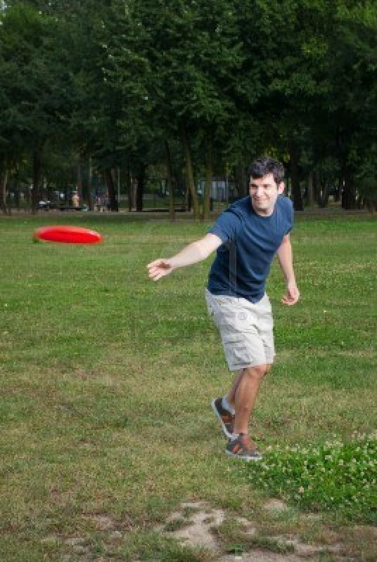 how to play frisbee Ultimate frisbee rules starting play pull a regulation game has 2 teams with 7 players on each team to start the game, both teams line up in their respective end.
