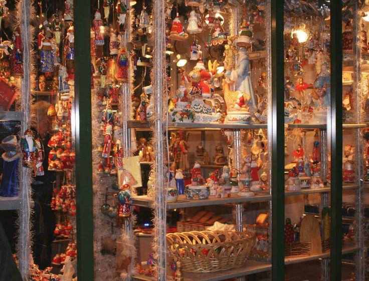Store window | Christmas decorations | Pinterest